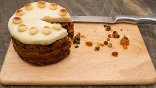 Szaftos gyümölcskenyér marcipánnal - Az angolok húsvéti desszertje, a Simnel Cake