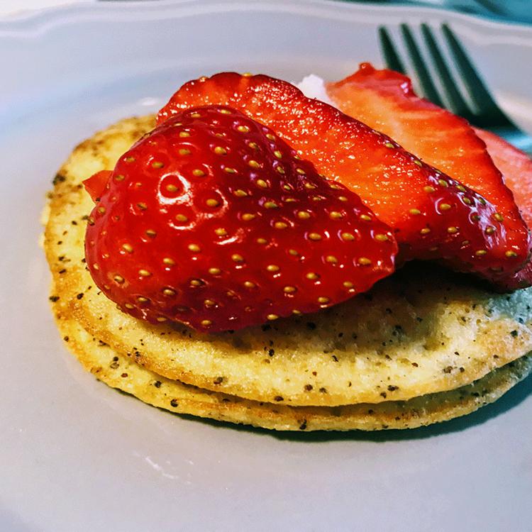 Mákos kölespalacsinta eperrel: cukor-, glutén- és tejmentes desszert