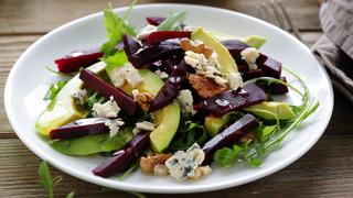 Ha izgalomra vágysz, készíts sült cékla salátát avokádóval, kék sajttal és dióval