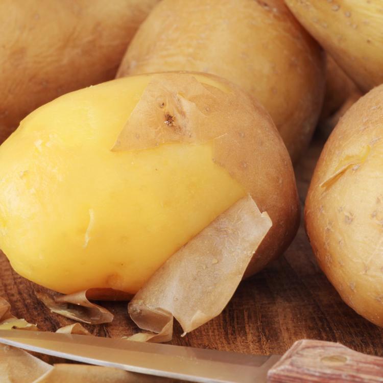 Tényleg egyszerűbb lehúzni a főtt krumpli héját, ha főzés előtt körben bemetsszük? Nem.