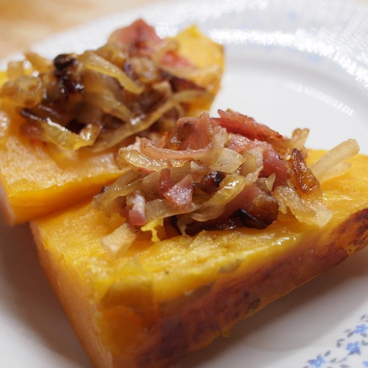 Baconnel és hagymával felturbózott egészben sült édesburgonya