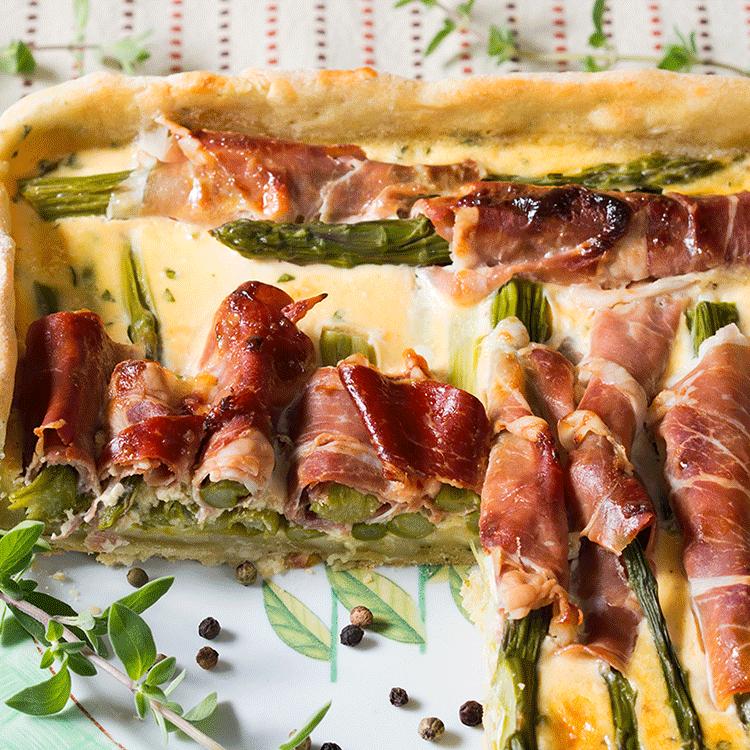 Omlós, vajas pitetészta zsenge tavaszi spárgával és szaftos erdei sonkával