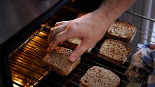 Miért lesz sokkal jobb a pirítós a sütőben, mint a kenyérpirítóban?