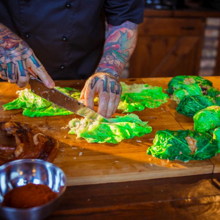 Nyári töltött káposzta a grillkonyhából - így teszi oda a magyar konyhát egy vagány séf