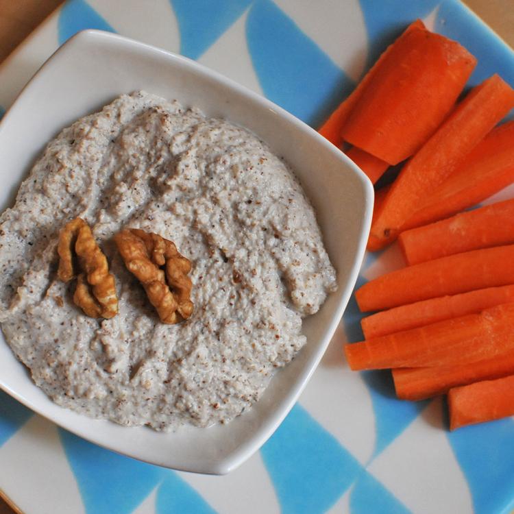 Fokhagymás-diós mártogatós friss zöldségekhez: az egészséges bulikaja