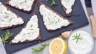 Selymes fetakrém citrommal és zöldfűszerrel: kenyérre kenve isteni
