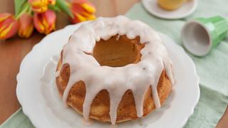 Omlós, szaftos tojáslikőrös kuglóf – Az édes máz koronázza meg