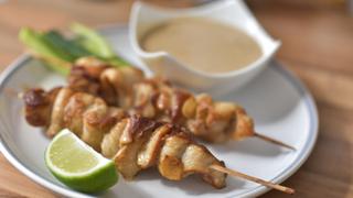 Pácban érlelt, fűszeres csirkenyársak mogyorószósszal: grillezéshez tökéletes