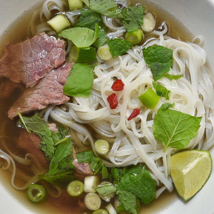 Pho házilag: kedvenc vietnámi tésztalevesünk hajszálvékonyra szelt hátszínnel