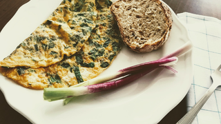 Reggeli tojáslepény aromás zöldfűszerekkel - Mehet bele bármi, ami szezonális