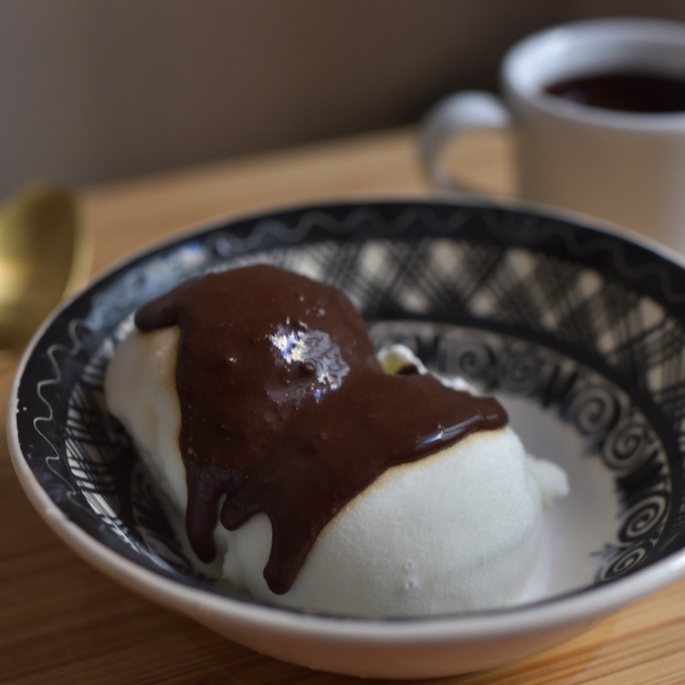 A legselymesebb, házi csokiszósz receptje otthoni fagyizáshoz