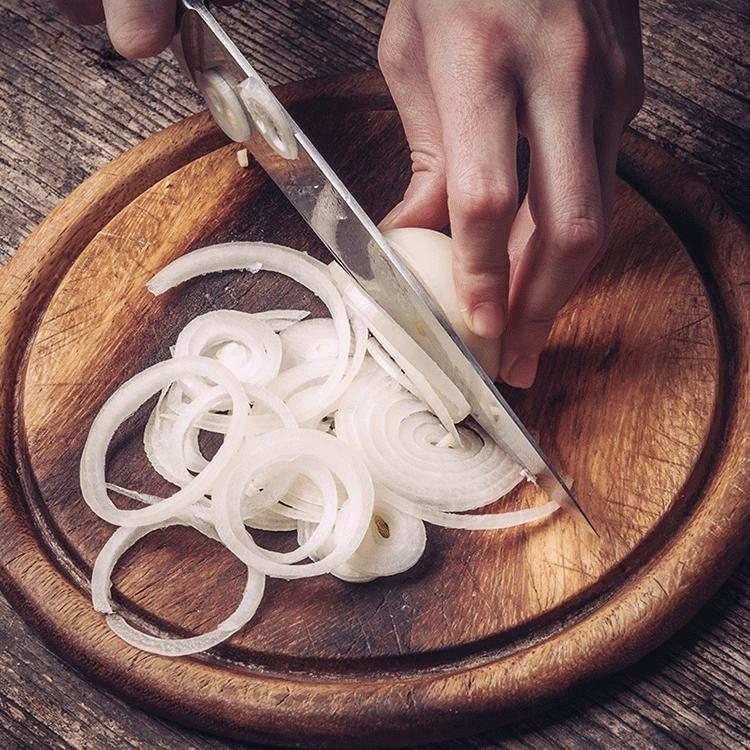 Egy apró trükk, amivel feleannyi idő alatt karamellizálható a hagyma