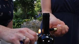 Ki lehet nyitni egy borosüveget öngyújtóval? A videók szerint igen. Lássuk!