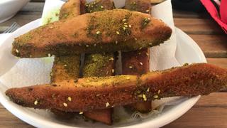 Sütőben sült, olívaolajos pitacsíkok zaatar fűszerkeverékbe forgatva