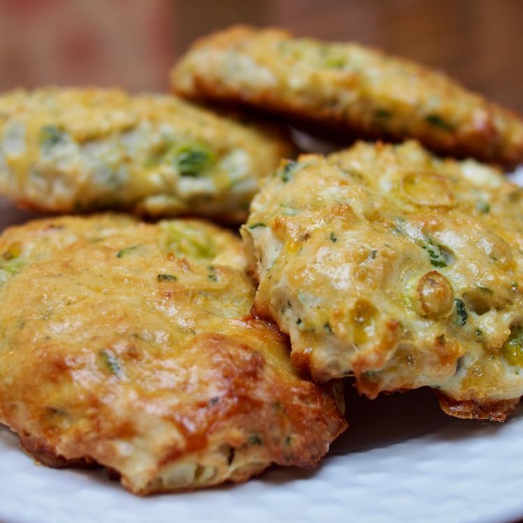 Fél órás, kelesztésmentes brit pogácsa: omlós scone hagymával és ricottával