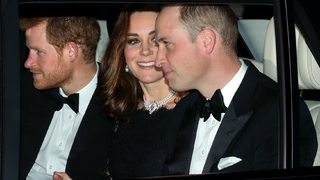 Ha a királynő befejezte az evést, mindenkinek le kell tenni a villát - királyi asztali szokások