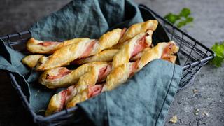 10 perc alatt elkészülő ropogtatnivaló: baconös rudak