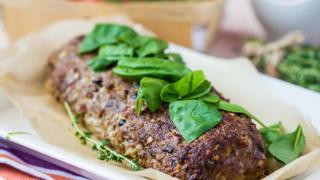 Ropogósra sült spenótos fasírt, friss zöldekkel és fűszeres morzsával
