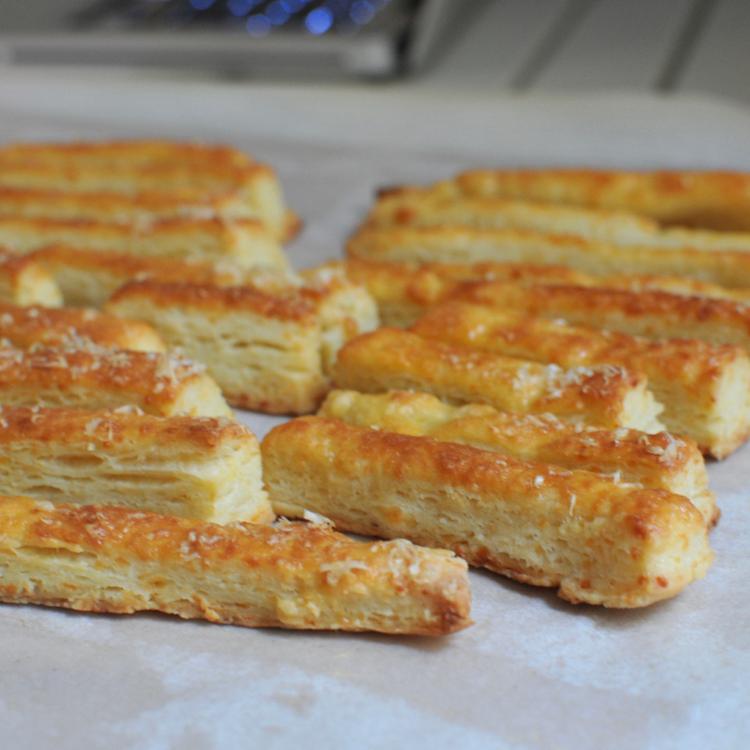 Mitől lesz tényleg omlós a sajtos rúd? Nem margarintól, az biztos