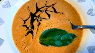 Hideg, krémes paradicsomleves, amit még főzni sem kell