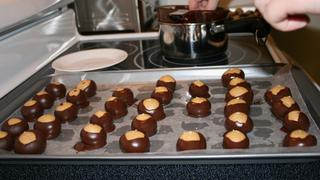 Csokoládéba mártott mogyoróvajas golyók: sütés nélküli nassolnivaló