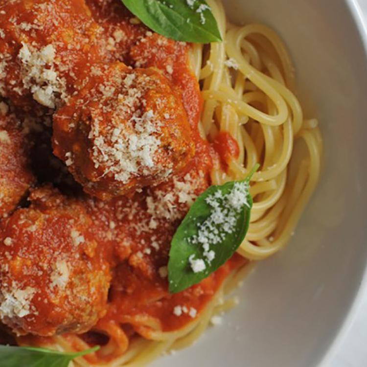 A húsgombócos spagetti nem csak a gyerekek kedvence