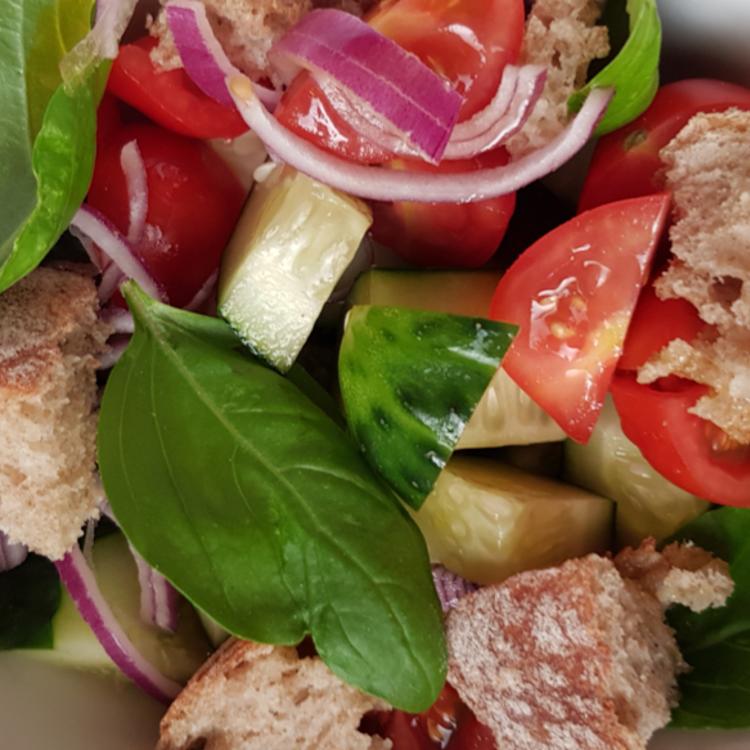Maradék kenyérből szuper saláta: az isteni panzanella titka az igazán szikkadt kenyér