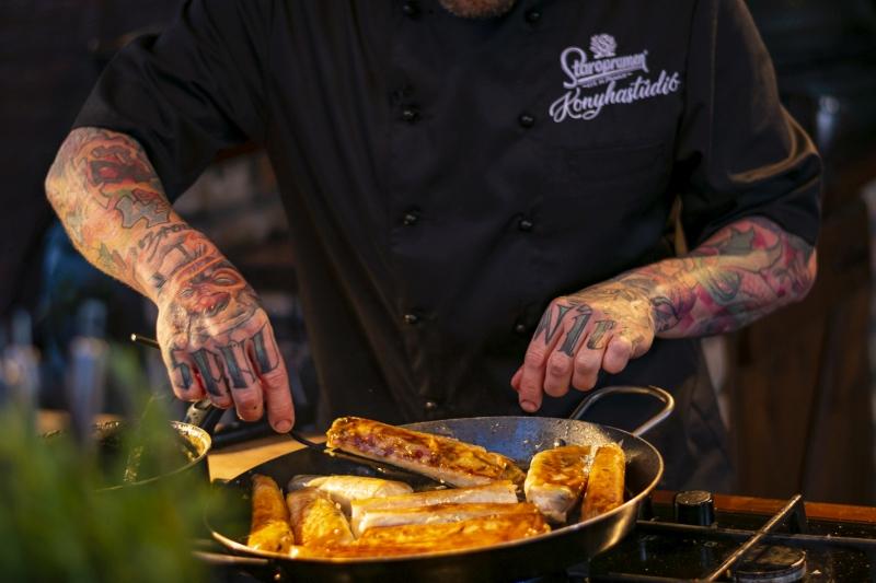 Street food otthon egyszerűen: ellenállhatatlanul ropogós tekercsek sörös-mézes mártással
