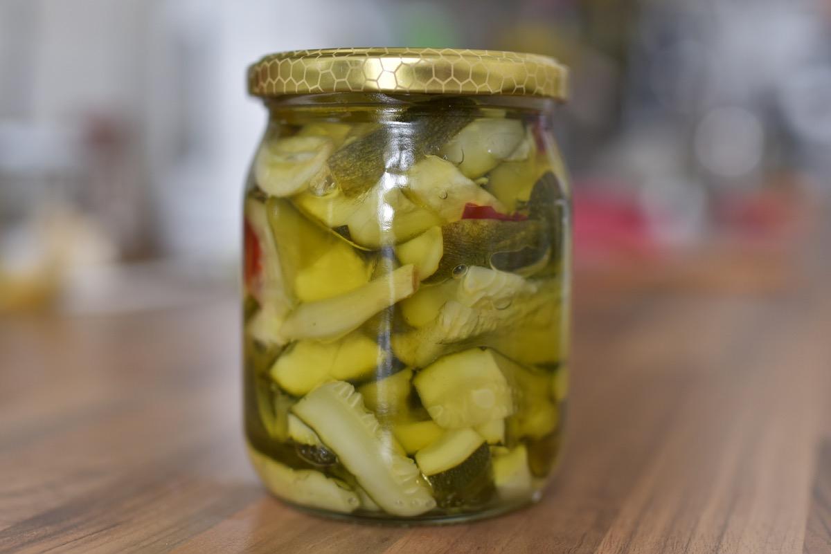 Fűszeres olajban eltett, roppanós cukkini: olasz recept alapján
