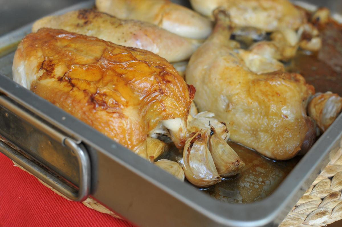 Fokhagymával sült csirke - Krémes lesz a hagyma, ropogós a csirke bőre