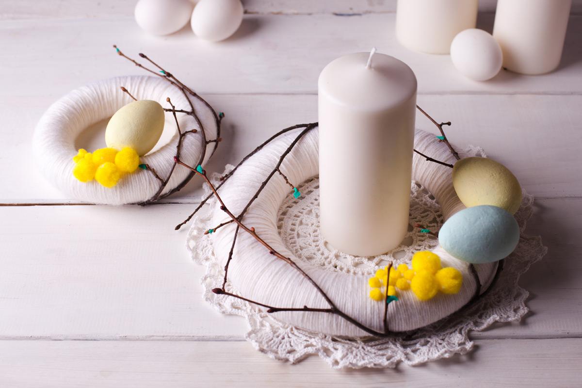 Készítsünk egy húsvéti koszorút, ennek a közepére helyezzük a gyertyát. Gyönyörű asztaldísz.