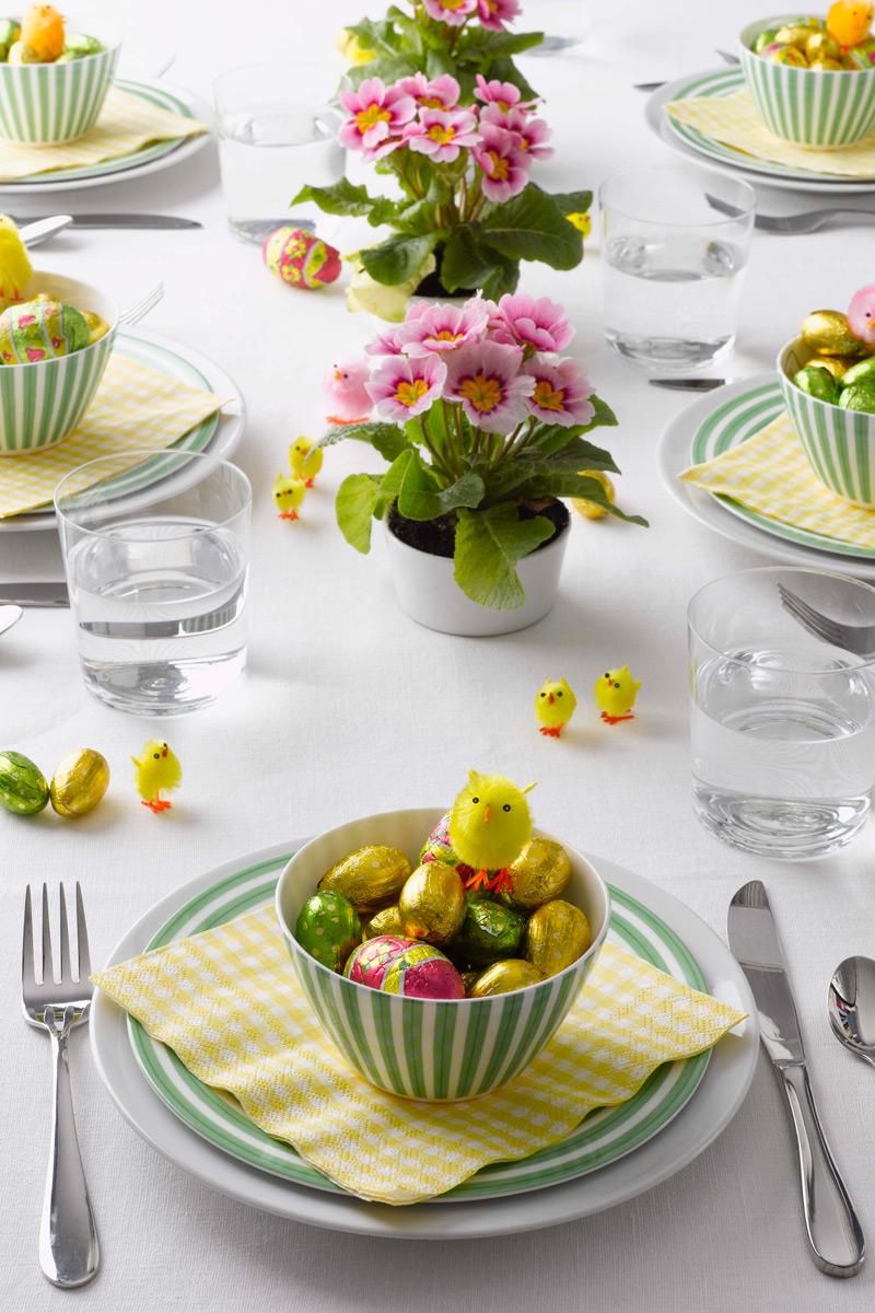 A cserepes virág is ugyanolyan jól működik, mint a csokor, akár többet is tehetünk belőle az asztalra. A rózsaszín virághoz jól passzol a zöld és a sárga, de - hogy ne legyen túlbonyolítva - az asztalterítő fehér.