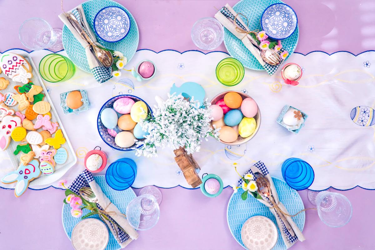 Ez egy igazán bohókás teríték: a fehér virághoz színes, mintás tányérok és sok tarka tojás tartozik.<br /><br />