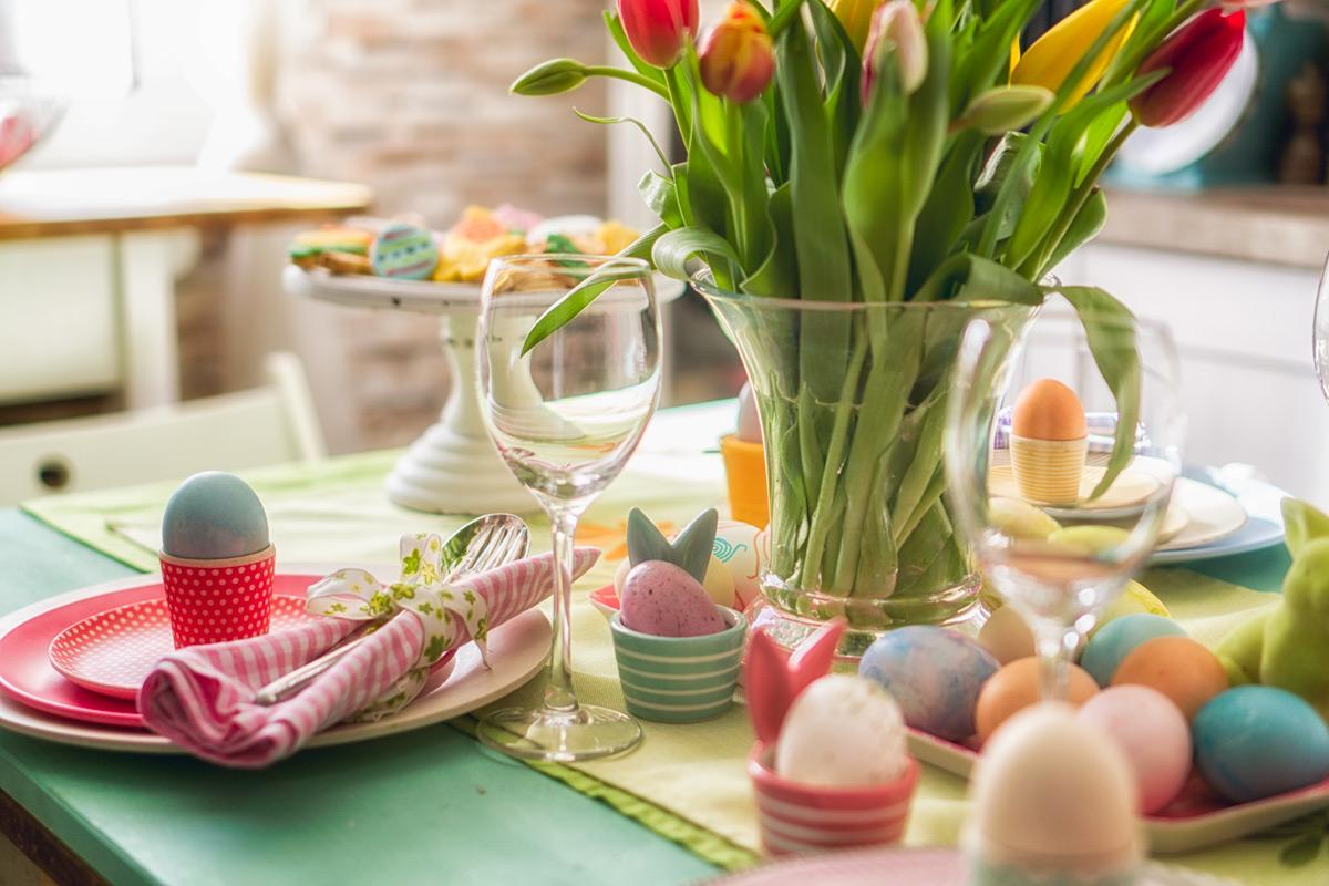 A színes tulipánokat a piros és zöld teríték egészíti ki, tökéletes a harmónia.