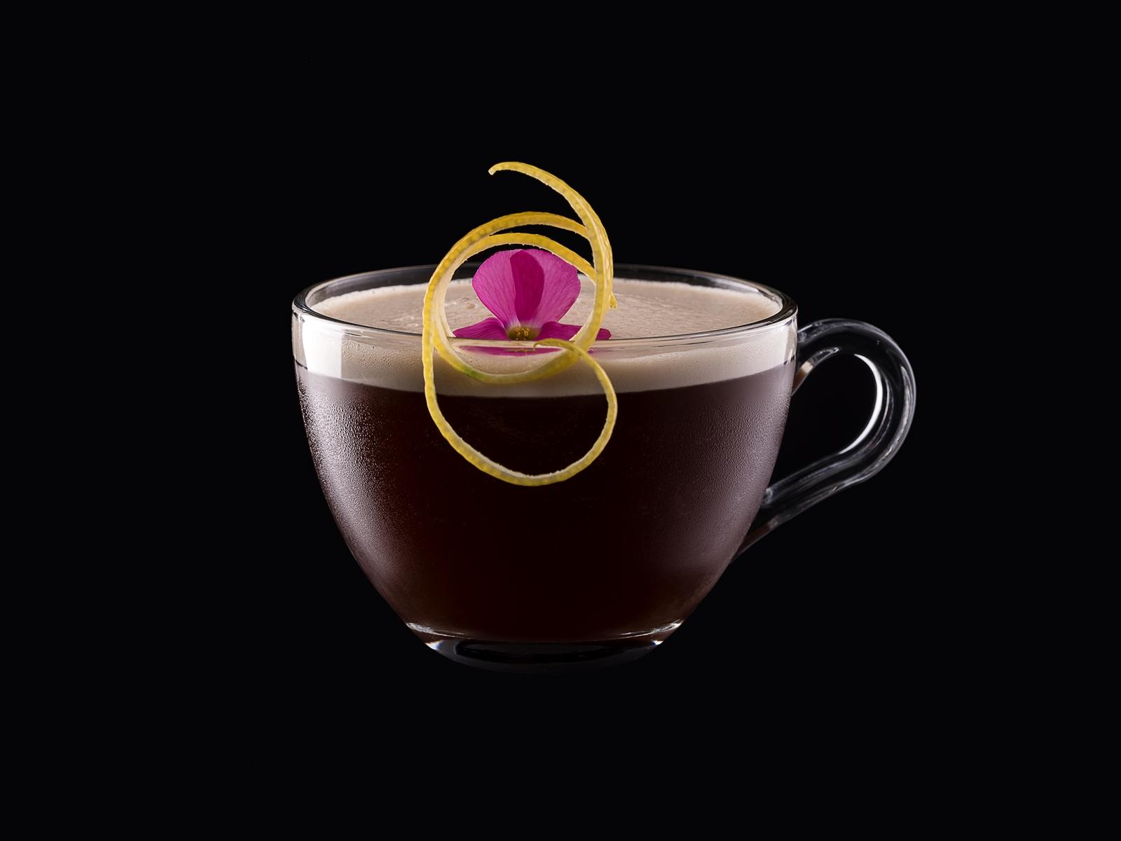 Egy kávé csak nem lehet annyira bonyolult, vagy de? Espresso Daisy Nagy Zoltántól, egy kávé, kis Martini, kicsi gin, kis grenadinszirup, kevés tonkabab, és ha ez nem lenne elég, pár csepp acidum citricum, ami vízben elkevert citromsav.