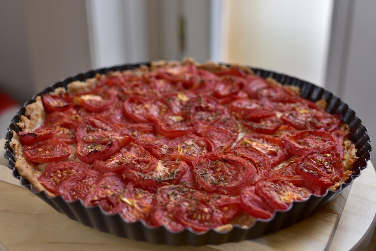 Sós pite édesre sült paradicsommal: a kakukkfű hozza ki az ízeit