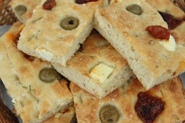 Szárított paradicsomos, feta sajtos focaccia: egyszerű és különleges