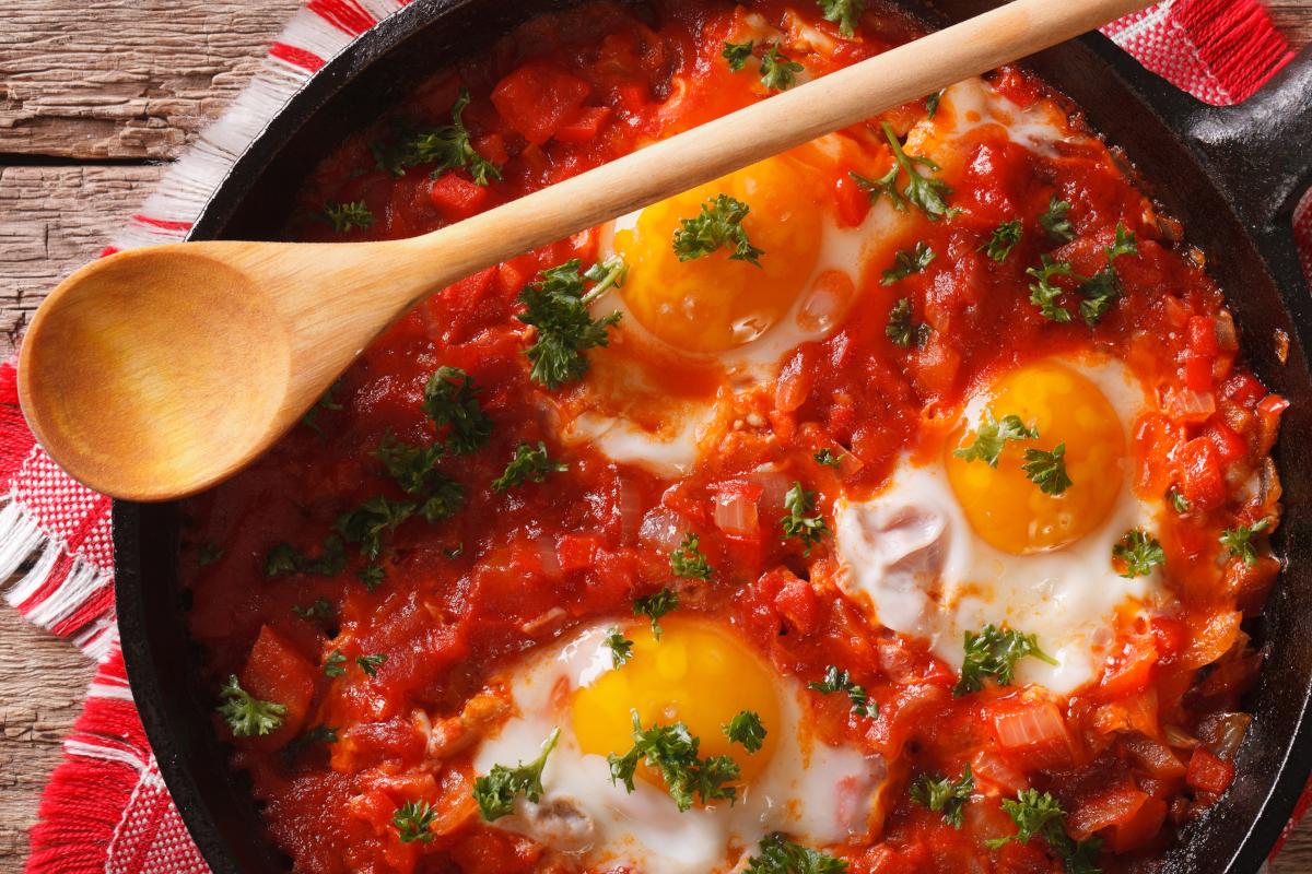 Lecsó izraeli módra: szaftos shakshuka remegős tojással