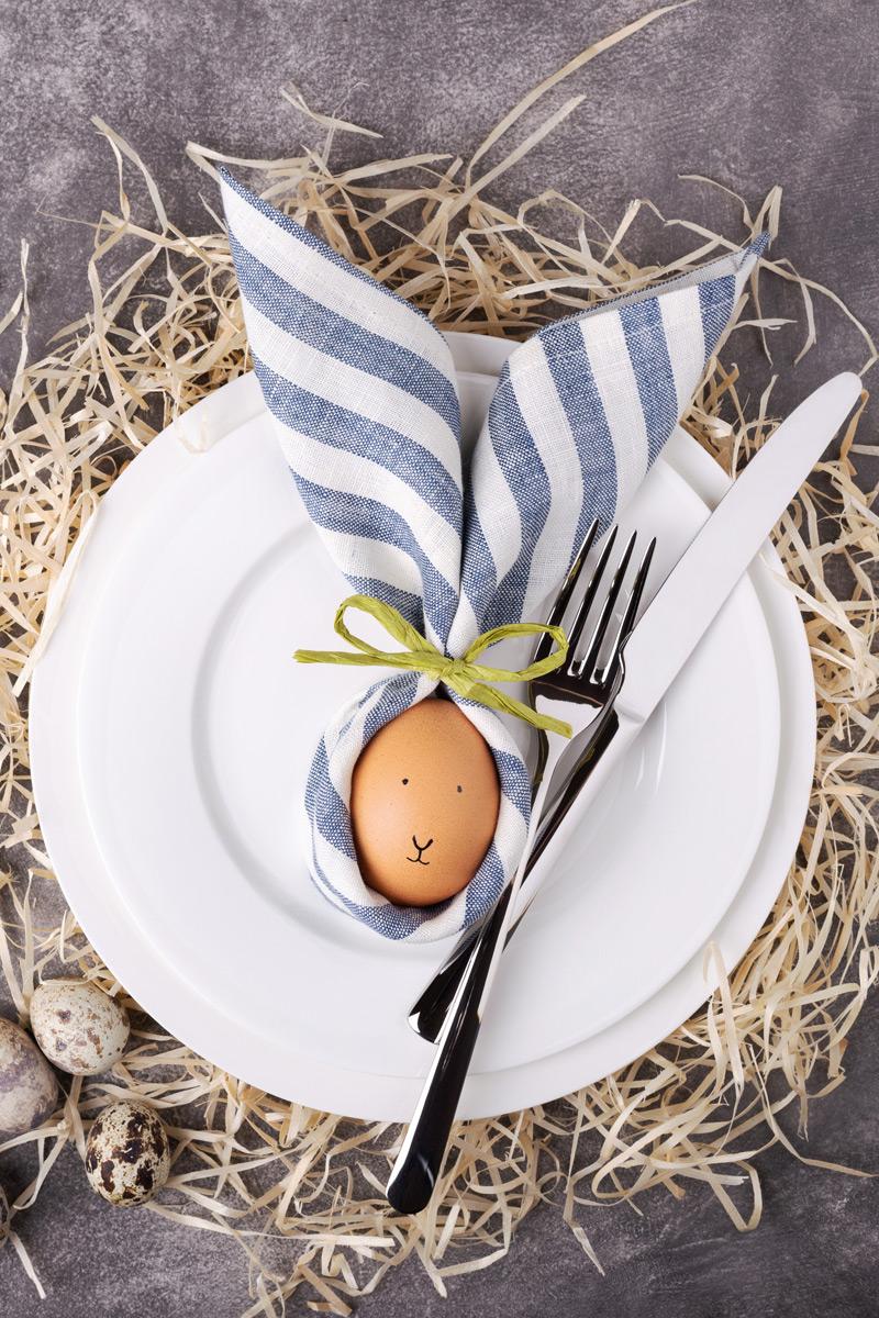 Egy damasztszalvéta és egy tojás segítségével jópofa dekorációt tehetünk a tányérokba.