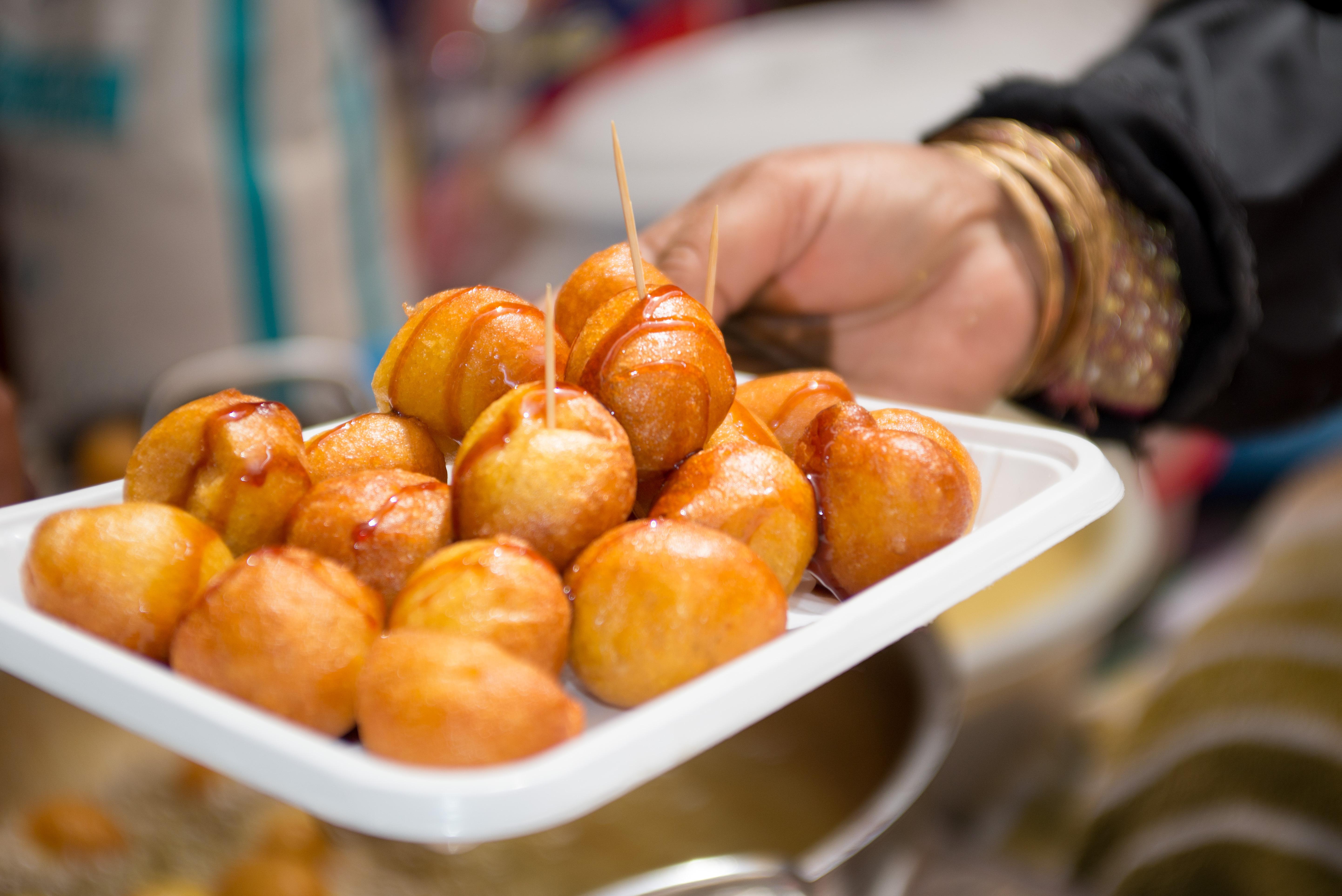 A ropogós, édes Luqaimat a közel-keleti válasz a gombóckérdésre. A könnyű, ám olajban sütött labdácskákat édes szósszal eszik, mindig frissen.