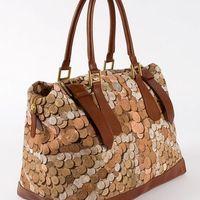 Egy táska, amihez ragad a pénz