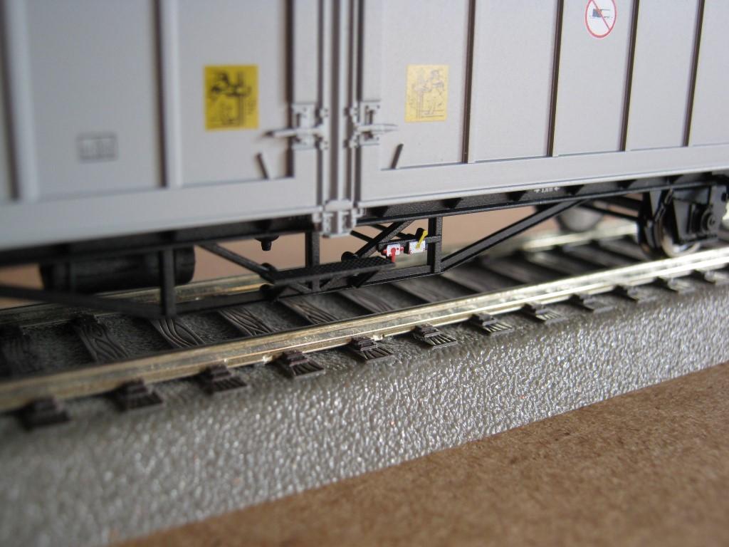 A festett fék-kapcsolók és a fellépő kialakítása is szép. A zár melletti rajzon látszik, hol vannak a tamponnyomás korlátai (a képen viszont nem).