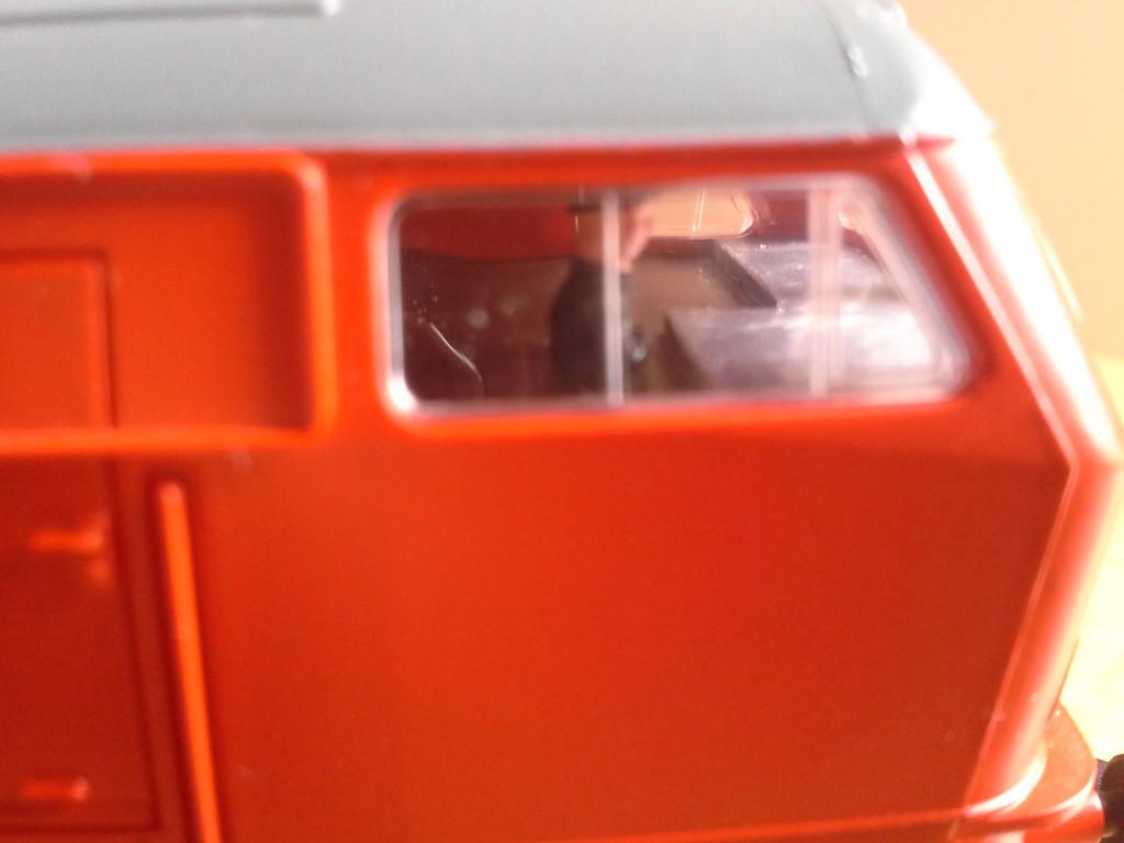 A vezetőállás házilag készült sztirolból, miután elkészült az első LED-es világítás. Azóta az ezt leváltó SMD LED-es világítást is átépítettem egyszer.