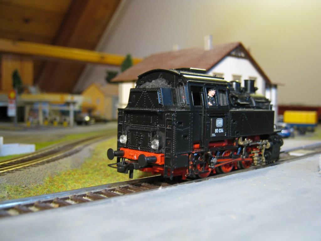 Ennek a mozdonynak a füstpatron a legnagyobb show-eleme, cserébe a gyári világítás eléggé puritán.