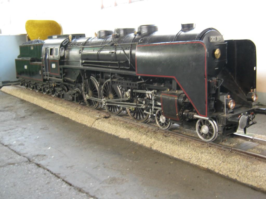 A 303 001-es pályaszámű gőzös 1:10 méretarányú modellje elég látványos volt, ehhez képest kissé furcsán, mintegy 'félretolva' állt a csarnok fala mellett.