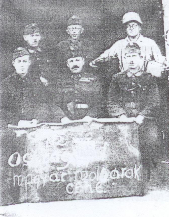 A molamban dolgozó katonák (balra elsősorban Gazda László, középen Gazda Sándor).jpg