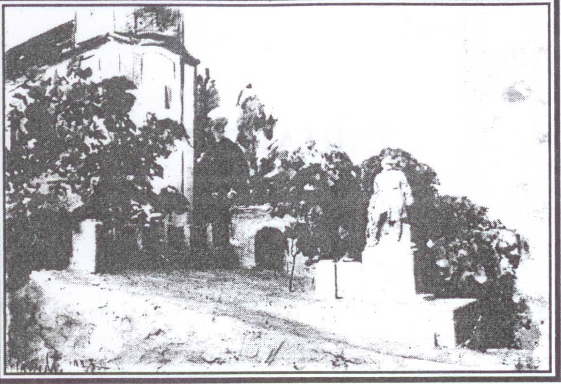 A somogyjádi világháborús emlékmű háttérben a református templom.jpg