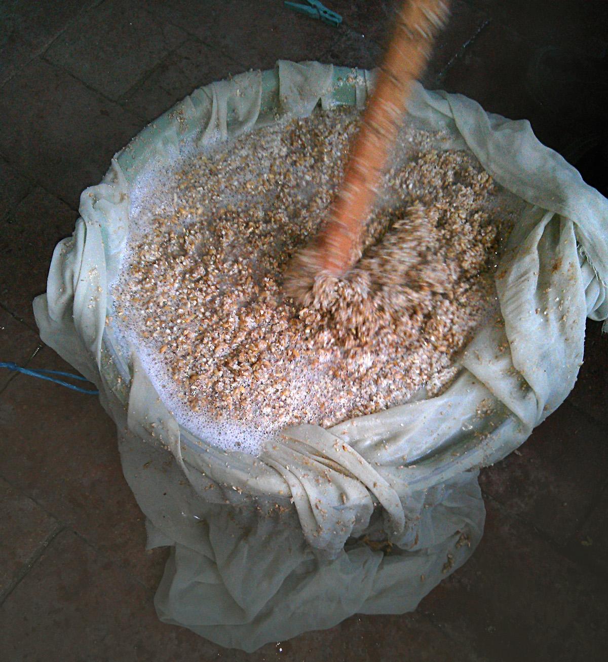 A máslás (maláta átmosása meleg vízzel). Az itt kapott még mindig cukros levet a többihez öntjük.