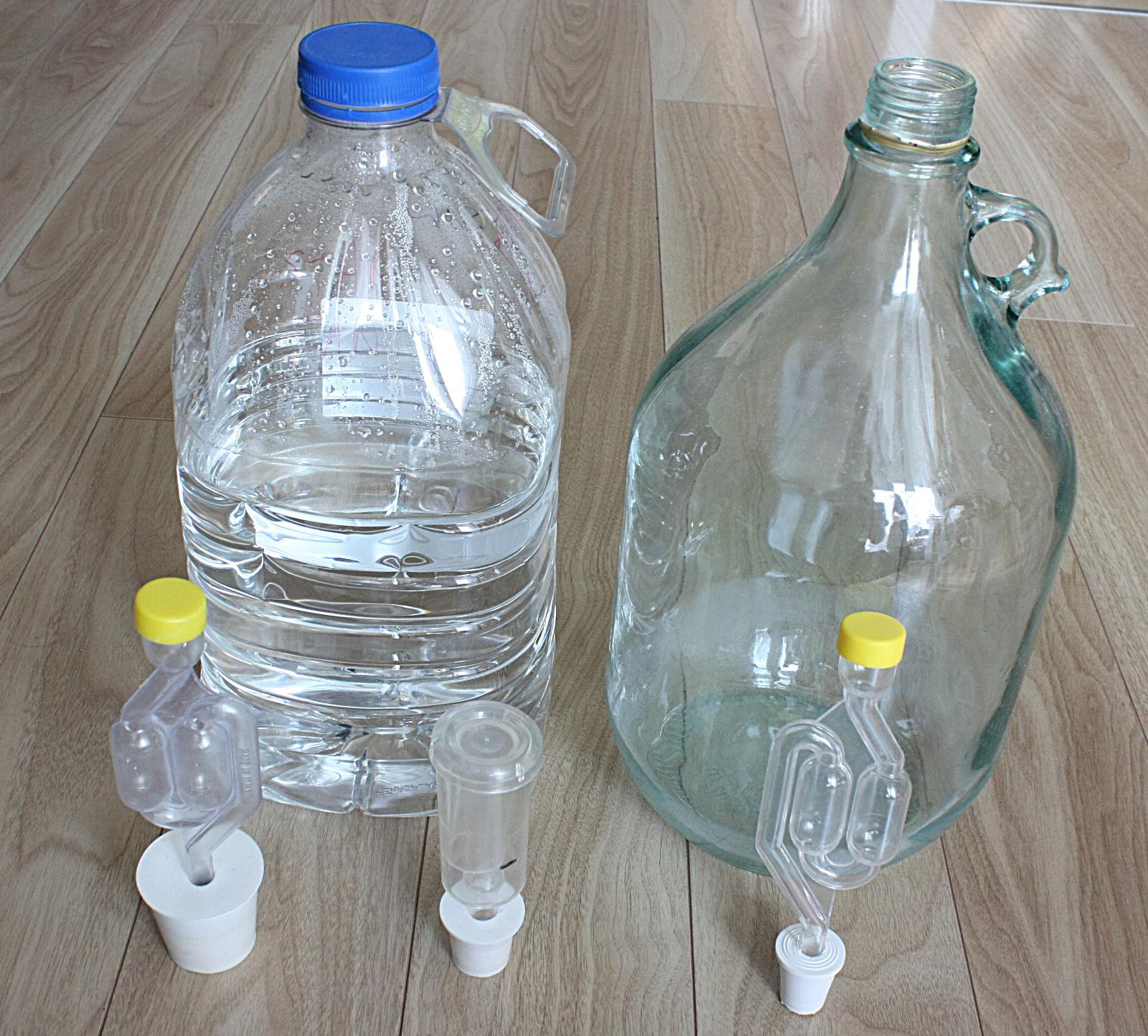 A lehetséges erjesztők. Előtérben a kotyogó típusokkal. Alapvetően az üveg erjesztőt ajánlom, de hallottam olyanról a ki a műanyagot sikeresen használta.