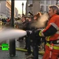 Tűzoltók és rohamrendőrök összecsapása Brüsszelben